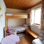 FeWo Loher - Wohnung B - 2. Schlafzimmer / Das stabile Etagenbett ist auch für Erwachsene geeignet.